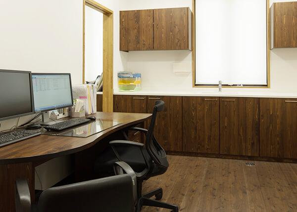 岡山県産の木材を使用した診察机
